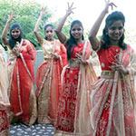 Kindertanzgruppe zeigt die bunte Kultur Indiens