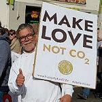 """Klimafreunde organisieren """"ein-leuchtende"""" Menschenkette"""