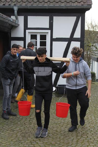 Schüler beim Wassertragen