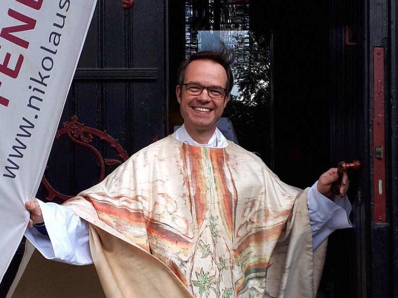 Pfarrer Andreas Süß im Eingangsportal von St. Nikolaus