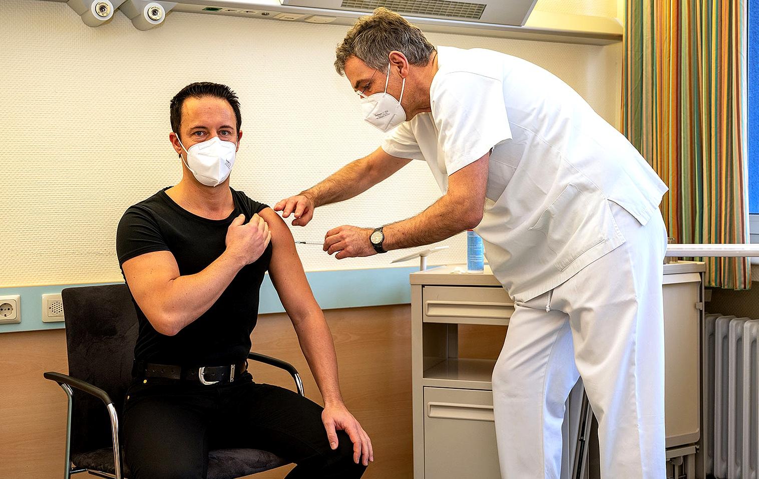 Krankenh-user-impfen-das-eigene-Personal
