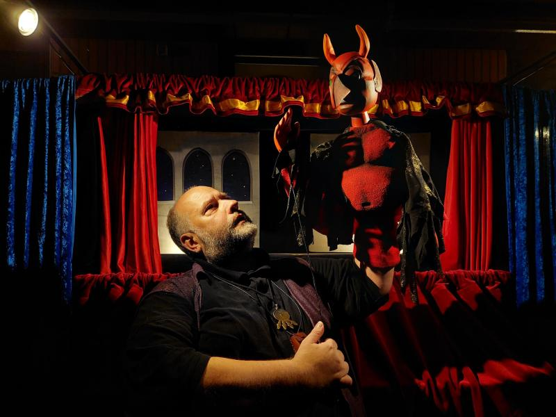 Gerd J. Pohl mit der Faust-Puppe